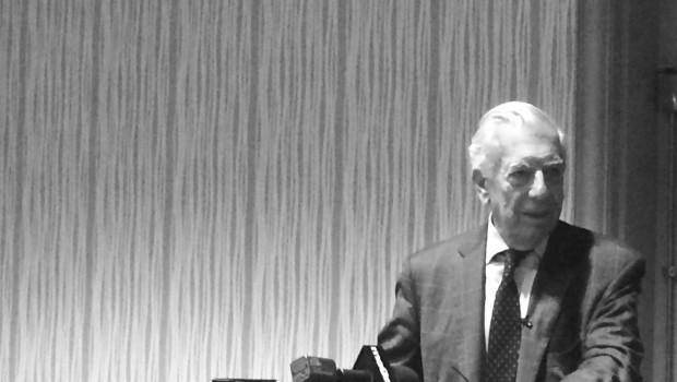 Vargas Llosa boleándose los zapatos